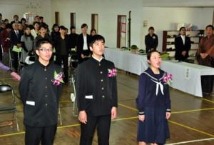 校歌斉唱する(右から)昌谷さん、諏訪君、武田君。卒業式には多くの地域住民が駆け付けた=15日、瀬戸内町の久慈中