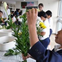 自由な発想で花束作りを楽しむ児童ら=22日、知名町の住吉小学校