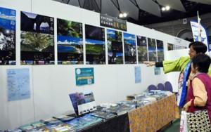 世界自然遺産候補地としての魅力をPRした鹿児島県と沖縄県の合同ブース=17日、鹿児島市