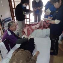 リハビリの方法を実演する秋山さん(左)=17日、瀬戸内町池地