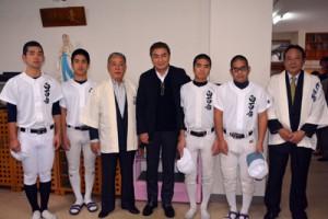 ユニホームを寄贈した西郷輝彦さん(中央)と白百合の寮野球部、薩輝会のメンバー=6日、白百合の寮