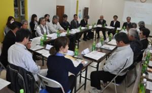 移住促進に向けた取り組みの報告があった「生涯活躍のまち構想検討会議」=24日、伊仙町