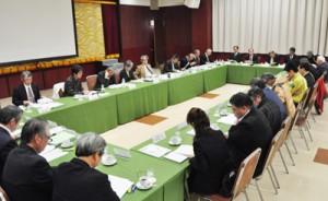奄美大島と徳之島に設置する世界遺産センターの概要も示された地域づくり検討会=6日、奄美市名瀬