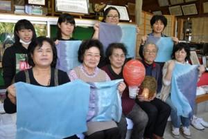 自身の作品を持つ参加者と講師の安田さん(下列右から2番目)=20日、知名町下城
