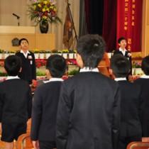 島唄の替え歌「いきゅんな加那・宇宿小版」で互いに別れを惜しんだ児童ら=24日、奄美市立宇宿小学校
