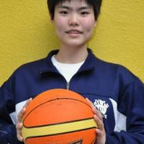 県代表選手として全国大会に出場する飯隈吏子=17日、和泊町の城ヶ丘中学校