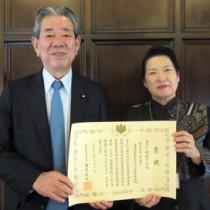 表彰式に出席した吉田茂子会長(右)と、受賞の報告を受けた金子万寿夫衆院議員(鹿児島県東京事務所提供)