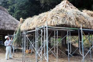 屋根のふき替え作業が大詰めを迎えた高倉=3日、大和村大和浜の群倉