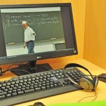 受講生はパソコンを使って代ゼミ本校と同様の講義を受けられる。