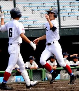 三回、2死から武田の三塁打で吉見が先制のホームイン=1日、県立鴨池球場