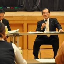 「地域リーダーと語ろ会」で住民らと意見交換した伊藤祐一郎知事=20日、徳之島町