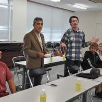高岡秀規町長らと意見交換したスピアフィッシング世界チャンピオンのブランドンさん(左から3人目)=18日、徳之島町