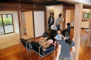 完成した施設内を見学する校区民ら=3日、宇検村宇検