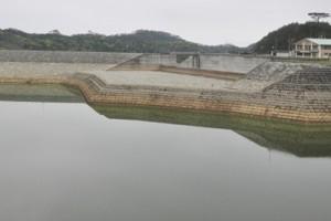 3町の用水路への通水試験が進む徳之島ダム=天城町