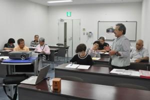 受講生らが実地研修ツアーの改善点について話し合った報告会=22日、徳之島町