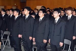 真新しいスーツ姿で式に臨む新入生=12日、日置市の県立農業大学校