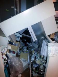 地震の揺れで家具が倒れ、食器類が散乱する屋田さんのマンションの一室=14日午後10時ごろ、熊本市(提供写真)