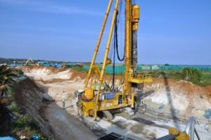 地下ダム止水壁の工事が進む現場=3月22日、知名町余多