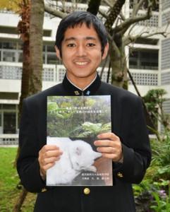 ノネコ問題についてのパンフレットを作成した久保駿太郎君=8日、大島高校