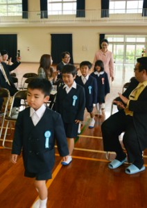 保護者や地域住民に見守られ学校生活の第一歩を踏み出した新一年生=6日、大和村の今里小学校