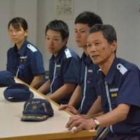 支援活動を報告する原船長(写真右)と熊本県出身の乗組員ら=27日、あまぎ船内