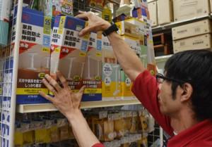 熊本地震の発生を受け、奄美でも需要が高まっている防災グッズ=17日、奄美市名瀬の量販店