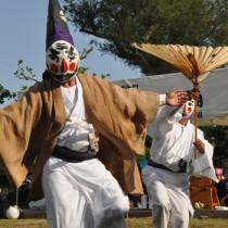 十五夜踊で奉納された寸劇仕立ての踊り「三者囃子」=21日、与論町の地主神社境内