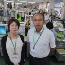 与論町が初採用した協力隊の(左から)山岡さんと佐藤さん=22日、与論町役場
