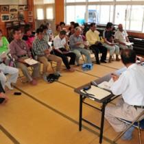 移動制限区域の解除や、持ち出し検査の手順などが示された説明会=21日、大和村