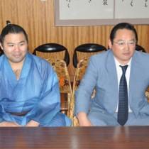 奄美市役所で奄美巡業の開催を報告する(右から)尾上親方と里山関=21日、市長応接室