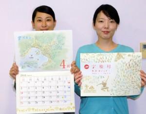 出来上がった宇検村集落カレンダーをPRする村教委職員=12日、宇検村教育委員会
