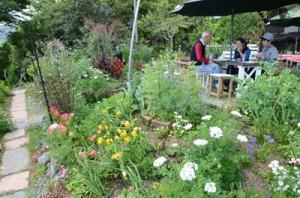 こだわりの詰まった庭造りを楽しめるオープンガーデン=2日、龍郷町芦徳