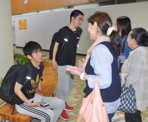 母親らと再会し、笑顔を見せる秀岳館高サッカー部の(左から)吉田優伍君と可実希音君=20日、奄美空港
