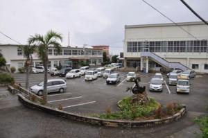 和泊町の役場庁舎敷地。右が先行して解体される町民体育館。左が現庁舎=5日、和泊町和泊
