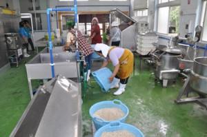 旧給食センターを活用し、供用開始された加工施設=21日、和泊町