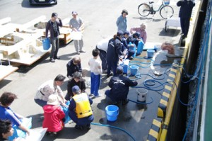 熊本港での給水支援活動(提供写真)
