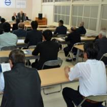 現職6、新人4の計10陣営が出席した大和村議会議員選挙の立候補予定者説明会=19日、同村役場