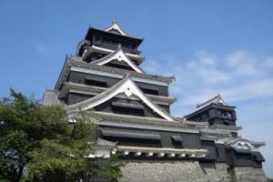 奄美の中学校修学旅行のコースにもなっていた熊本城天守=2013年9月、記者撮影