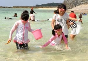 潮干狩りを楽しむ子どもたち=29日、天城町