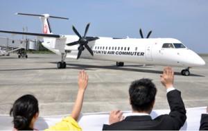 観光関係者らに見送られ那覇に出発するRACの新機材Q400CC=15日、奄美空港