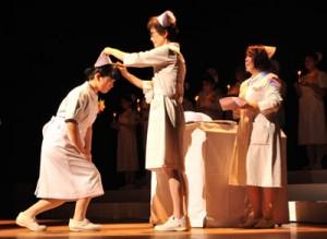 看護学科2年生にナースキャップが授けられた奄美看護福祉専門学校の戴帽式=13日、奄美文化センター