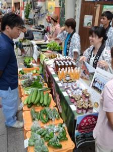 新鮮な食材が並び、消費者に好評だった島野菜まつり=21日、奄美市