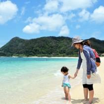 梅雨の晴れ間に真夏日を記録した奄美大島の海辺=28日、奄美市笠利町の打田原海岸