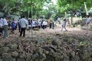 後蘭孫八居城跡を見学するツアー参加者=1日、和泊町後蘭