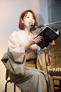 (左から)島唄の物語を朗読する里さんと、共演した前山さん=Ⅰ1日、東京・世田谷区