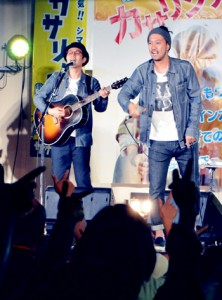 (左から)アルバム発売記念ライブをしたカサリンチュのタツヒロさんとコウスケさん=17日、奄美市名瀬