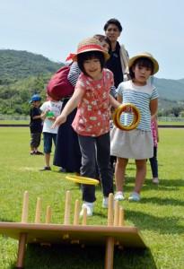 さまざまな活動を親子で楽しんだ奄美市子ども大会=1日、名瀬運動公園陸上競技場