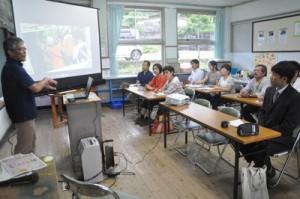 「われんきゃガイド」の育成に向けた関係者らの学習会=7日、徳之島町の手々小中学校
