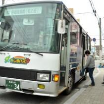 利用率がタクシーの3分の1にとどまった路線バス=19日、奄美市名瀬