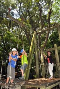 自然の中で遊具を楽しみ歓声を上げる子どもたち=4日、龍郷町の奄美自然観察の森